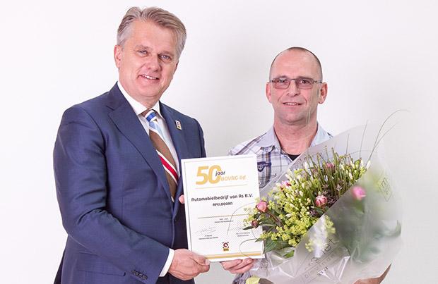 Cor van As van Autobedrijf van As uit Apeldoorn ontvangt het jubileumschild uit handen van Bertho Eckhardt, bondsvoorzitter van BOVAG.