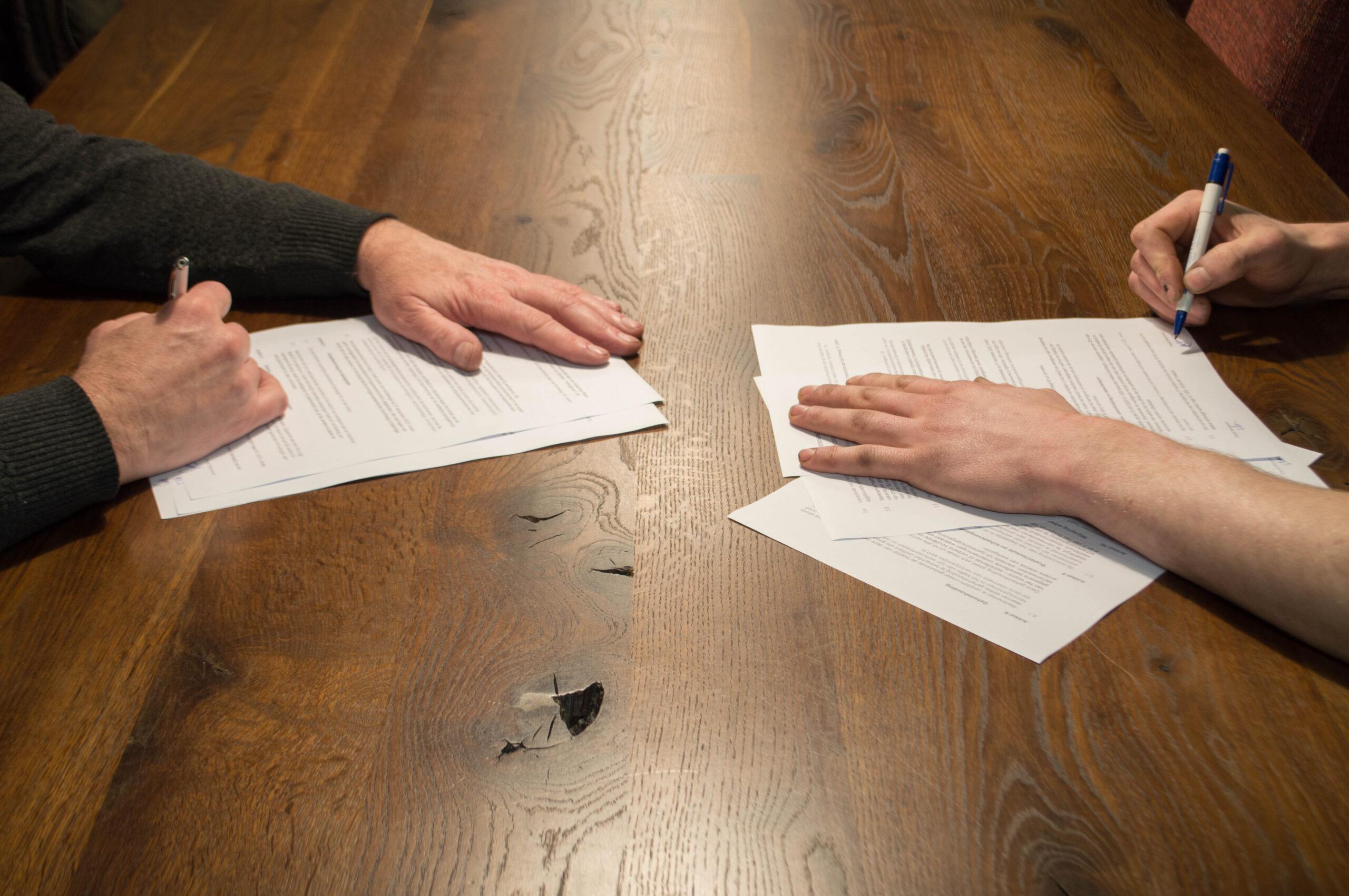 Handtekening onder het contract bij Autobedrijf van As